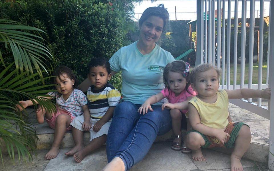Carla e as crianças se divertindo na colônia de férias